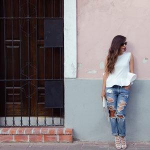 Glency Feliz Feet 2843545 300x300 - 4 пары джинсов, которые точно будут в тренде 2019 года