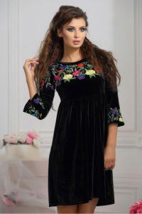chernoe barxatnoe platje s vyshivkoj i zavyshennoj taliej 03 600x900 200x300 - Модный тренд-цветочная вышивка. Составляем стильные образы.