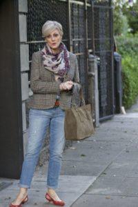 71723becaf8323ebb4d1d716f7cf4608 fashion over mom fashion 200x300 - Как женщине 50+ правильно подобрать джинсы: 3 важных нюанса