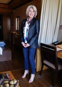 b24f5ec3d0d1ea4c888e27013472adc8 216x300 - Как женщине 50+ правильно подобрать джинсы: 3 важных нюанса