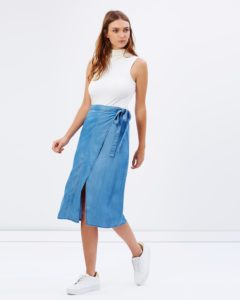 eOWcqsZG o 240x300 - Модный деним. Чем пополнить джинсовый гардероб в 2019 году